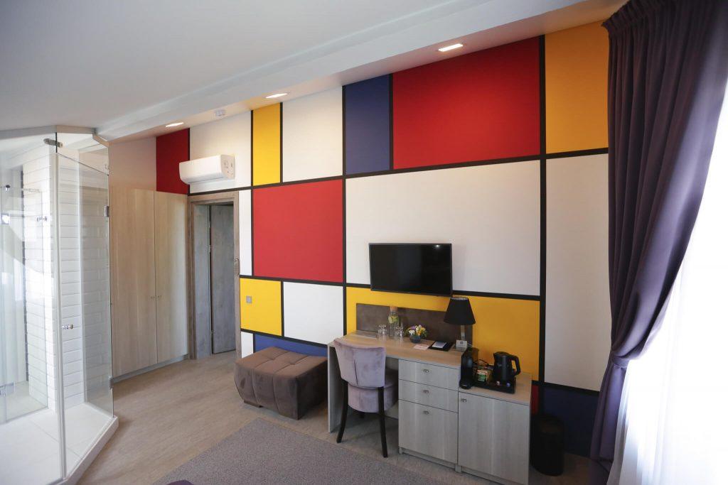 Piet Mondrian įkvėpto dizaino svečių kambarys