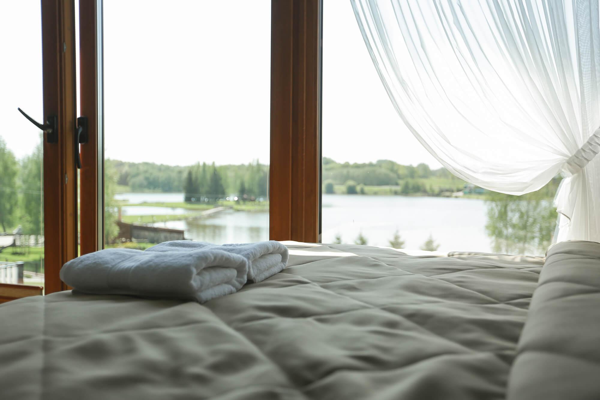 Erdvus kamabarys su vaizdu į ežerą